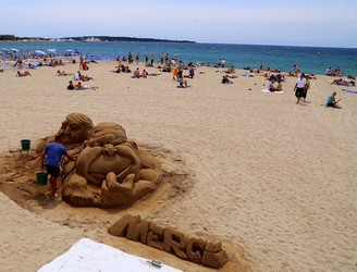 Holidaymakers in Cannes banned from bringing bags onto beaches