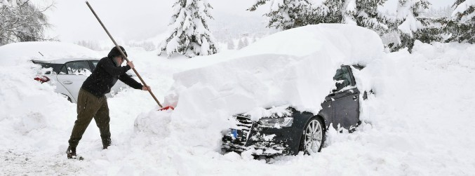 Heavy snowfall leaves thousands of tourists stranded in Alps