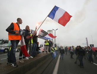 French truckers block major highway in protest over Calais refugee camp