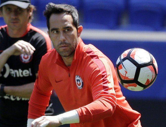 Manchester City agree personal terms with Barcelona's Claudio Bravo