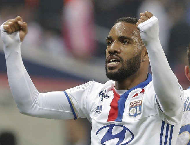 Injury for Alexandre Lacazette puts major doubts over a move to Arsenal